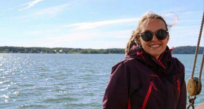 Koordinator för projektet ECOnnect, Emma, ler vid havet.